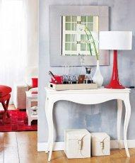 Для того щоб зв'язати кімнату з коридором, в останній часто вводять якийсь яскравий декоративний елемент, який за своїм кольором буде таким же, як основні акценти кімнати.  Хороший приклад на цій фотографії: